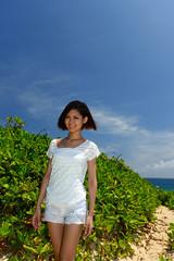 コマカ島の海辺で寛ぐ女性