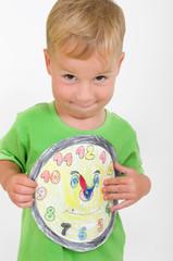 Kleiner Junge mit Spieluhr