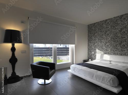 camera da letto moderna con poltrona in pelle nera