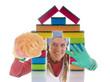 Putzfrau blickt durch ein Haus aus Schwämmen