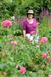 fröhliche Seniorin im Garten