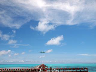 きれいな海と空港の誘導路