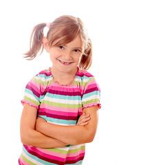 Kleine Dame mit grosser Zahnlücke vor weiss