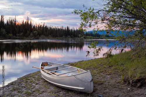Foto op Canvas Canada Sunset sky and canoe at Teslin River Yukon Canada