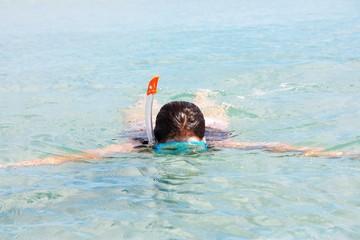 Ragazza nuota in immersione