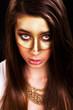 junge Frau mit Goldmaske