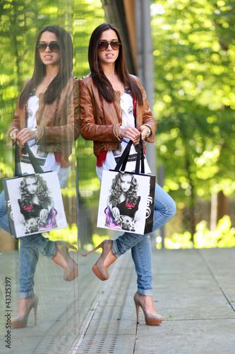Junge Frau mit Shoppingbags