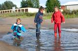 Kinder in der Regenpfütze