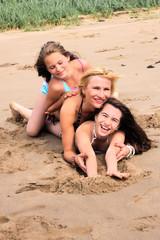 mutter und töchter am strand
