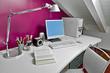 moderna scrivania con computer in mansarda