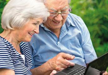 Seniorenpaar mit Laptop
