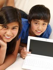 kinder zeigt computer