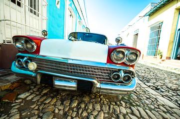 voiture dans petite rue de trinidad