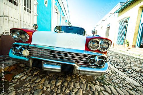 voiture dans petite rue de trinidad - 43335502