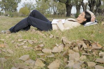 estudiante descansando en el campus de la universidad