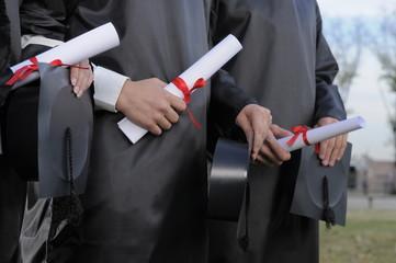 estudiantes con diploma en la universidad
