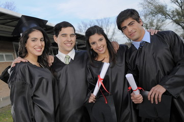 cuatro estudiantes mirando a cámara