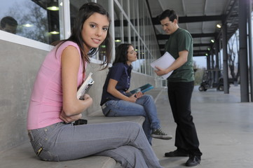 estudiante mirando a cámara en la universidad