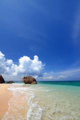 砂浜に打ち寄せる白い波