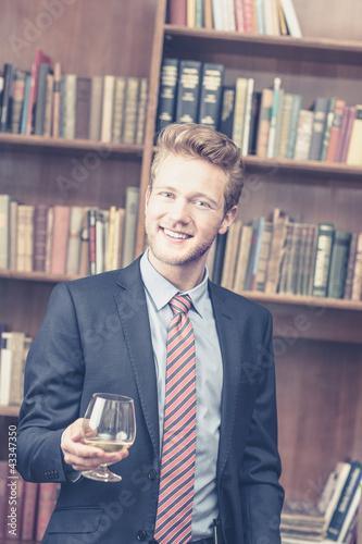 Mann entpannt sich mit Cognac