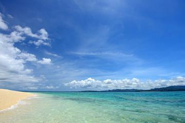 水納島の綺麗なサンゴ礁の海