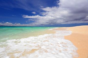 水納島の美しいビーチを夏の空