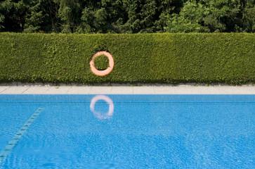Schwimmbecken mit Rettungsreifen