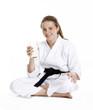 Niña en artes marciales bebiendo leche,niña karate.