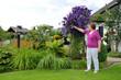 Hausgarten mit Clematis