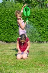Kinder mit Gießkanne