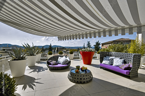 terrazzo con arredamento in midollino - 43360589