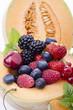 melone ripieno con frutti di bosco e ciliege