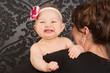 lachendes baby bei mama auf dem arm