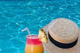 concept vacances cool, piscine, cocktail et canotier