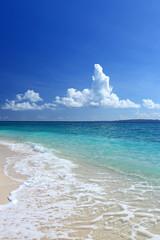 美しい海と空に浮かぶ白い雲