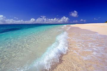 コマカ島の打ち寄せる波と紺碧の空
