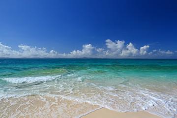 透き通った海と夏空