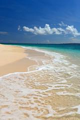 コマカ島の美しいビーチに打ち寄せる波