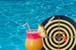 concept vacances ciblées, piscine, cocktail