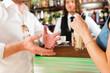 attraktives Paar in Cafe oder einem Coffeeshop
