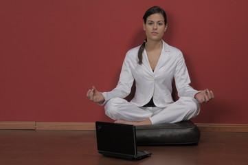 mujer de negocios haciendo yoga