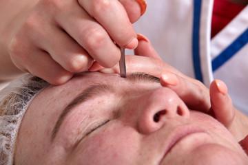 Augenbrauen zupfen - Eyebrow plucking