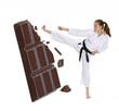 Niña nutrición y deporte,niña artes marciales y chocolate.