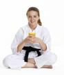Niña en artes marciales bebiendo jugo de naranja,niña karate.