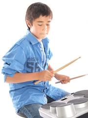 kind spielt e drums