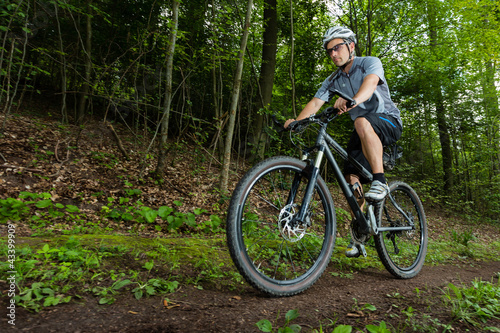 Mountainbiker in Froschperspektive