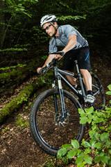 Mountainbiker im Downhill