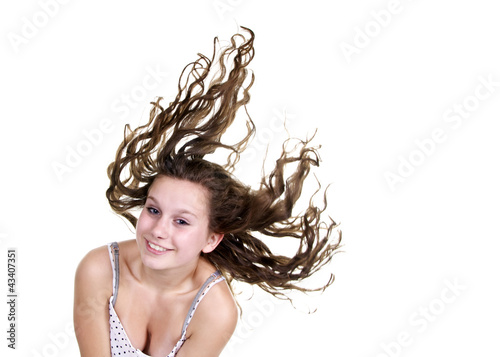 Hübsches Mädchen mit langen, fliegenden Haaren