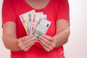 Zwei Händen halten ein Bündel Euroscheine