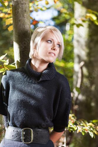 Schöne Frau genießt Herbstfarben